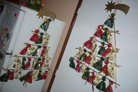 Adventní kalendáře pro Aničku a Terezku. Ušila jsem 48 sáčků a ...